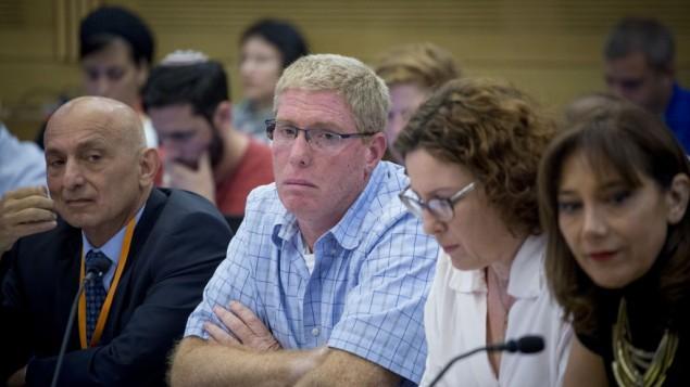 الرئيس التنفيذي لشركة 'دينيا سيبوس'، رونين غينزبورغ، الثاني من اليسار، في جلسلة في الكنيست، 8 سبتمبر، 2016.  (Yonatan Sindel/Flash90)