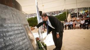 السفير الأمريكي دانييل شابيرو يضع إكليلا من الزهور هلال مراسم إحياء الذكرى ال15 لإعتداءات 11/9 في الولايات المتحدة، في النصب التذكاري بالقرب من مدينة القدس في 11 سبتبمر، 2016. (Yossi Zamir / FLASH90)