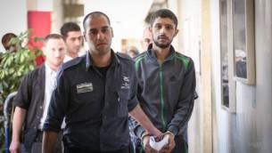 علي نمر في طريقه إلى قاعة محكمة الصلح في القدس، 15 سبتمبر، 2016. (Yonatan Sindel/Flash90)
