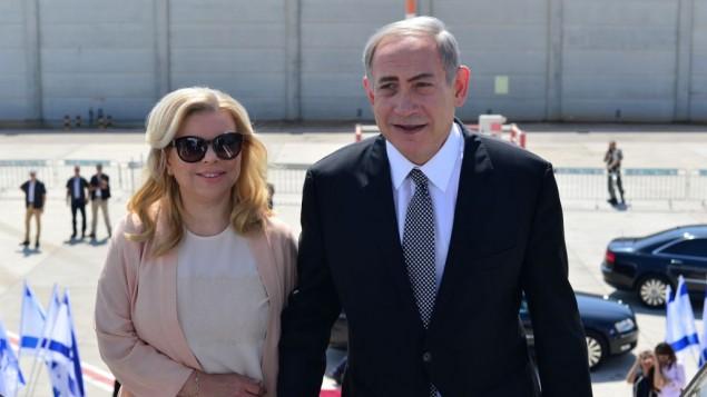 رئيس الوزراء بنيامين نتنياهو وزوجته سارة يصعدون على متن طائرة متجهة لنيويورك لزيارة رسمية، 20 سبتمبر 2016 (Kobi Gideon/GPO)