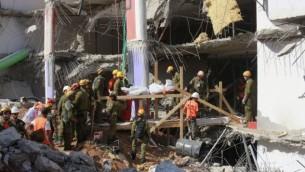 عمال البحث والإنقاذ ينتشلون جثة رابعة من أنقاض مرأب السيارات الذي انهار في تل أبيب،  6 سبتمبر، 2016. (Judah Ari Gross/Times of Israel)