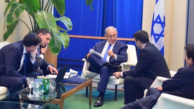 رئيس الوزراء بينيامين نتنياهو يجلس مع موظفيه قبيل كلمته أمام الهيئة العام للأمم المتحدة في نيويورك الخميس، 22 سبتمبر، 2016. (Kobi Gideon/GPO)
