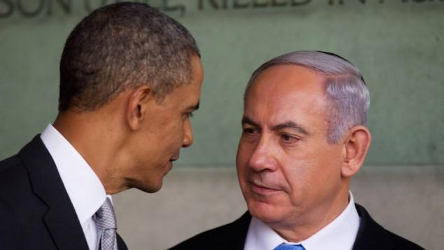 """الرئيس باراك أوباما يتحدث مع رئيس الوزراء الإسرائيلي بينيامين نتنياهو خلال زياته إلى متحف """"ياد فاشيم"""" للمحرقة في 22 مارس، 2013 في القدس، إسرائيل. (Uriel Sinai/Getty Images/JTA)"""
