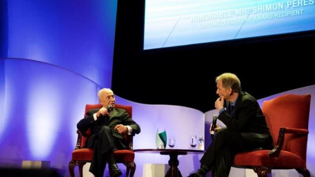 شمعون بيريس في حديث مع دافيد هوروفيتس في الحفل الخيري الذي نظمته تايمز أوف إسرائيل، فندق 'والدورف أستوريا' في نيويورك، 15 فبراير، 2015. (Perry Bindelglass / Times of Israel)