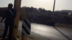 حراس امنيون يطلقون النار على فتاة فلسطينية تبلغ 13 عاما برجلها بعد ان رفضت التوقف في حاجز الياهو في الضفة الغربية، 21 سبتمبر 2016 (Defense Ministry)