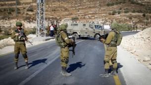 حنود إسرائيليون في موقع محاولة هجوم طعن بالقرب من بني نعيم، القريبة من الخليل، 20 سبتمبر، 2016. (Wisam Hashlamoun/Flash90)
