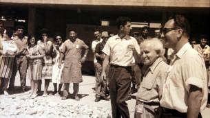 شمعون بيريس ودافيد بن غوريون خلال زيارة للمفاعل النووي في ديمونا (Defense Ministry Archives)