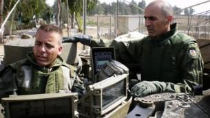 غادي شامني، من اليمين، قائد المنطقة الوسطى في الجيش الإسرائيلي في حينها، خلال تدريب عسكري، 28 أغسطس، 2008. (IDF Spokesperson/Flash 90)