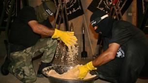 صورة توضيحية. فلسطينيون يصنعون المتفجرات، القذائف والصواريخ (Ashraf Amra/propaimages/Flash90)