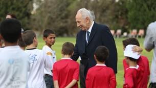 شمعون بيريس مع أطفال في 'مركز بيريس للسلام' (من أرشيف 'مركز بيريس للسلام')