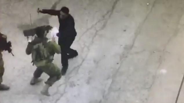 منفذ الهجوم الفلسطيني حاتم عبد الحافظ الشلودي يهاجم جنودا إسرائيليين بواسطة سكين في الخليل، 17 سبتمبر، 2016. (لقطة شاشة)