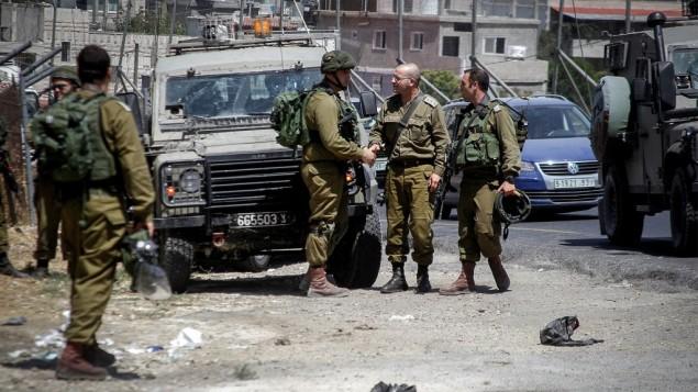 من الأرشيف: جنود إسرائيليون في مفرق العروب بالفرب من الخليل، 18 يوليو، 2016. (Wisam Hashlamoun/Flash90)