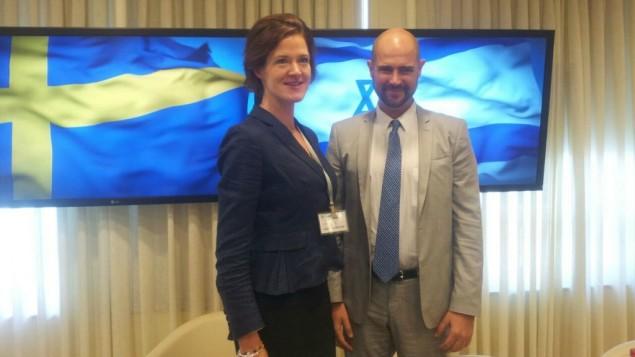 زعيمة المعارضة السويدية آنا كينبرغ باترا، من اليسار، مع عضو الكنيست عن 'الليكود' أمير أوحانا، في الكنيست 5 سبتمبر، 2016. (courtesy Knesset Foreign Affairs Divisi)