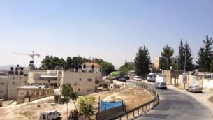 شارع رئيسي في جبل المكبر، إحدى القرى العربية المحيطة في حي أرمون هنتسيف (Jessica Steinberg/Times of Israel)