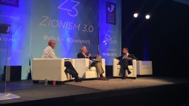 دنيس روس، مركز، خلال جلسة مع رفائيل أهرين، يمين، وافي يسسخاروف، في مؤتمر 'الصهيونية 3.0' في بالو التو، 18 سبتمبر 2016 (Sarah Tuttle-Singer/Times of Israel)