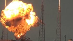 أشتعال النيران في القمر الصناعي 'عاموس 6'، الأكبر الذي أنتجته إسرائيل، وصاروخ 'فالكون 9' التابع لشركة 'سبيس إكس' الذي كان القمر الصناعي على متنه بعد إنفجار الصاروخ في منصة إطلاق خلال إختبار روتيني على ساحل المحيط الأطلسي في ولاية فلوريدا، 1 سبتمبر، 2016. (لقطة شاشة:  YouTube)