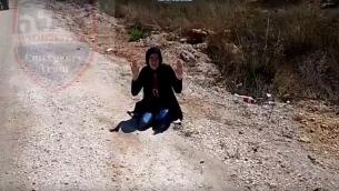 اعتقال امرأة فلسطينية بحوزتها سكين بالقرب من مستوطنة ايتمار في الضفة الغربية، 18 سبتمبر 2016 (screen capture: YouTube)