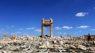 صورة تظهر ما تبقى من معبد بعل شمين في مدينة تدمر الأثرية السورية، والذي قام تنظيم الدولة ألإسلامية بتفجيرة، 31 مارس، 2016. (AFP/Joseph Eid)