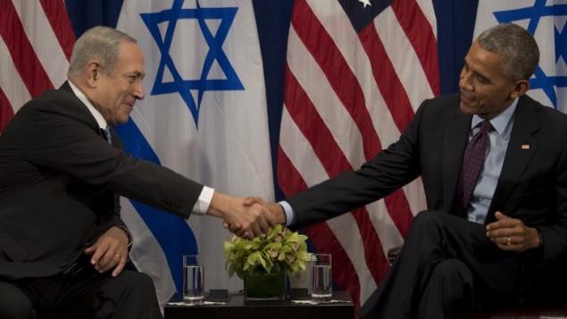 الرئيس الأمريكي باراك أوباما، من اليمين، يصافح رئيس الوزراء الإسرائيلي بينيامين نتنياهو خلال محادثات ثنائية في نيويورك، 21 سبتمبر، 2016. (AFP/Jim Watson)