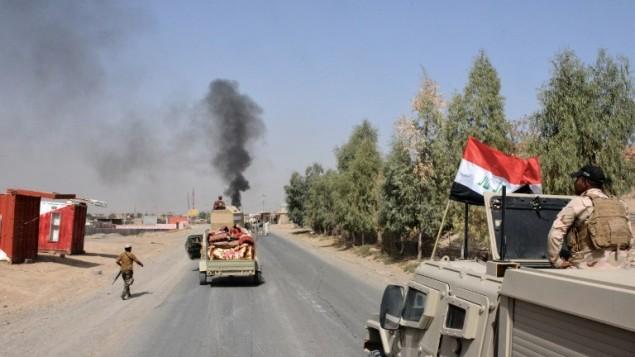 القوات العراقية منتشرة في بلدة الشرقاط، على بعد 260 كيلومترا شمال غرب بغداد في 22 سبتبمر، 2016، بعد إعلان العراق عن أن قواتها إستعادت المدينة الشمالية من تنظيم الدولة الإسلامية في عملية شنتها قبل الإنطلاق بعملية لإستعادة الموصل. (AFP/Mahmud Saleh)
