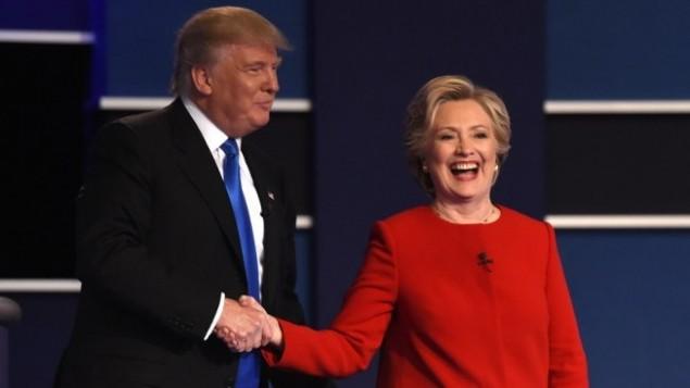 المرشحة الديمقراطية هيلاري كلينتون تصافح المرشح الجمهوري دونالد ترامب بعد المناظرة الرئاسية الاولى التي أجريت في جامعة 'هوفسترا' في همبستيرد، نيويورك، 26 سبتمبر، 2016. ( AFP PHOTO / Timothy A. CLARY)