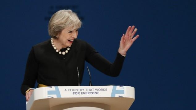 رئيسة وزراء بريطانيا تيريزا ماي في خطاب خلال المؤتمر السنوي لحزب المحافظين الحاكم في برمنغهام وسط انكلترا، 2 اكتوبر 2016 (ADRIAN DENNIS / AFP)