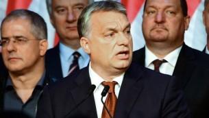 رئيس الوزراء المجري فيكتور أوربان (في الوسط) يدلي بخطاب في مركز 'بالنا' الثقافي في بودابست في 2 أكتوبر، 2016. (AFP PHOTO / ATTILA KISBENEDEK)