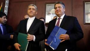 وزير المالية الإيراني علي طيبينا ونائب المستشار الالماني، ووزير المالية والطاقة سيغمار غابرييل بعد توقيع اتفاقات اقتصادية بين البلدين في طهران، 3 اكتوبر 2016 (AFP PHOTO / ATTA KENARE)