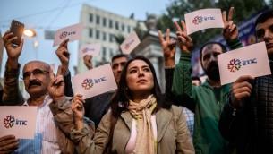 موظفون وداعمون لقناة قناة آي ام سي تي في المدافعة عن قضايا الاكراد يتظاهرون ضد اغلاق القناة من قبل السلطات التركية في اسطنبول، 4 اكتوبر 2016 (AFP/Ozan Kose)
