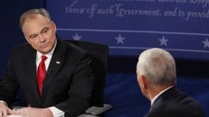 المرشحان لمنصب نائب الرئيس الامريكي، مايك بنس وتيم كين، خلال المناظرة الاولى بينهما في ولاية فيرجنيا، 4 اكتوبر 2016 (AFP PHOTO / POOL / ANDREW GOMBERT)
