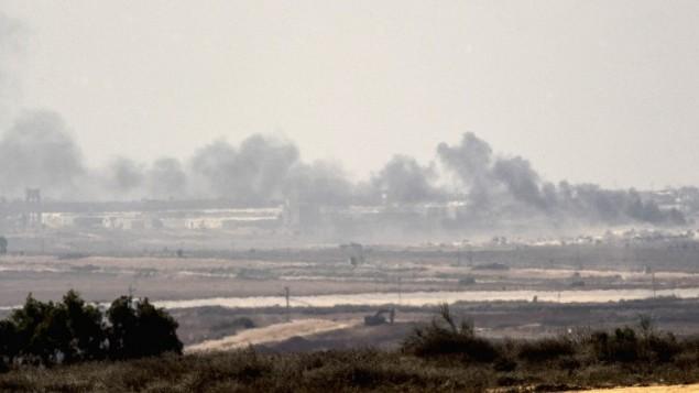 صورة تم إلتقاطها من الحدود الإسرائيلية مع غزة تظهر الدخان يتصاعد من قطاع غزة الذي تسيطر عليه حركة حماس في أعقاب قصف إسرائيلي في 5 أكتوبر، 2016. (Jack Guez/AFP)