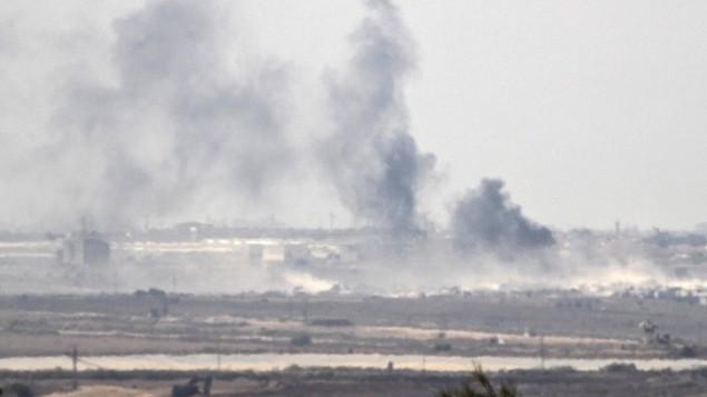 صورة تم إلتقاطها من الحدود الإسرائيلية مع غزة تظهر الدخان يتصاعد من القطاع الذي تسيطر عليه حركة حماس في أعقاب قصف إسرائيلي في 5 أكتوبر، 2016. (AFP/JACK GUEZ)