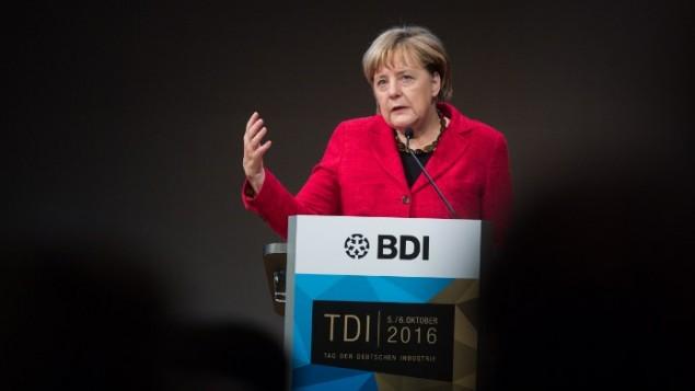 المستشارة الالمانية أنغيلا ميركلفي كلمة أمام الاتحاد الألماني للصناعة في برلين،  6 اكتوبر 2016 (BERND VON JUTRCZENKA / DPA / AFP)