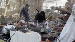 يمنيون بين الركام بعد غارات جوية نسبت للتحالف العربي بقيادة السعودية في عاصمة اليمن، صنعاء، 8 اكتوبر 2016 (AFP/Mohammed Huwais)