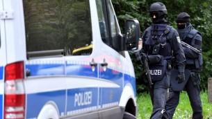 قوات وحدة خاصة مدينة شيمنتز، شرق المانيا، حيث كان رجب مشتبه بالتخطيط لهجمات يختبئ، 9 اكتوبر 2016 (AFP /dpa/Hendrik Schmidt)