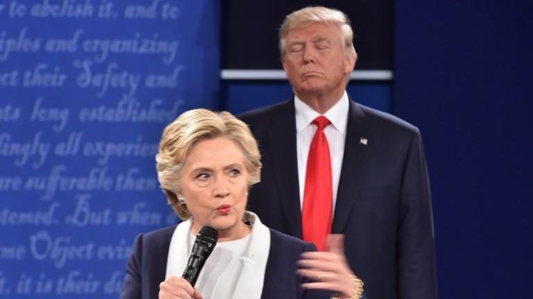 المرشحة الديمقراطية هيلاري كلينتون والمرشح الجمهوري دونالد ترامب خلال المناظرة الرئاسية الثانية التي أجريت في جامعة واشنطن في ميسوري، 9 اكتوبر 2016 (AFP PHOTO / Paul J. Richards)