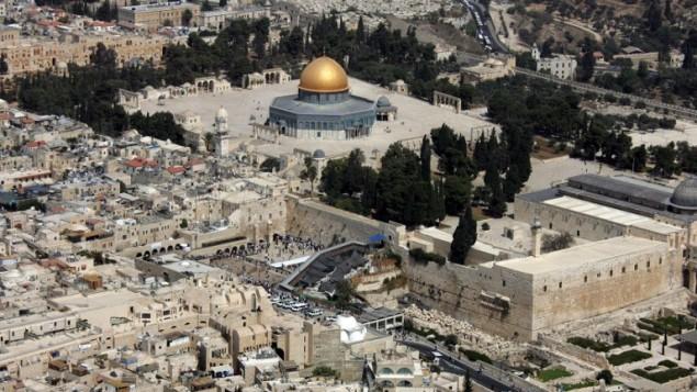 """صورة تم إلتقاطها من الجو لقبة الصخرة، من اليسار، في الموقع الذي يُعرف لدلى المسلمين بإسم """"الحرم الشريف"""" ولدى اليهود ب""""جبل الهيكل""""، في البلدة القديمة في القدس، والجدار الغربي، في الوسط، أقدس المواقع اليهودية، 2 أكتوبر، 2007. (AFP/JACK GUEZ)"""