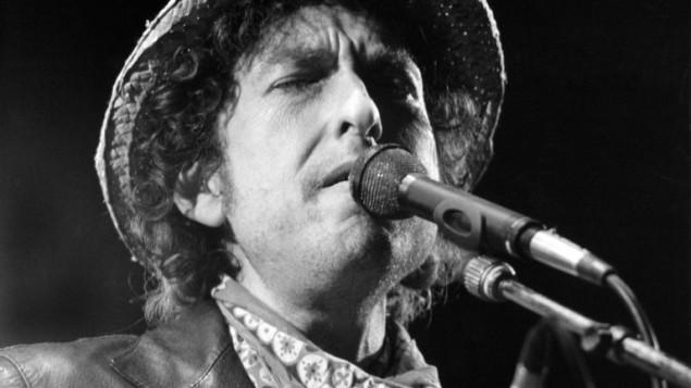 (أرشيف) الموسيقي الامريكي الشهير بوب ديلان خلال حفل في المانيا، 3 يونيو 1984 (ISTVAN BAJZAT / DPA / AFP)