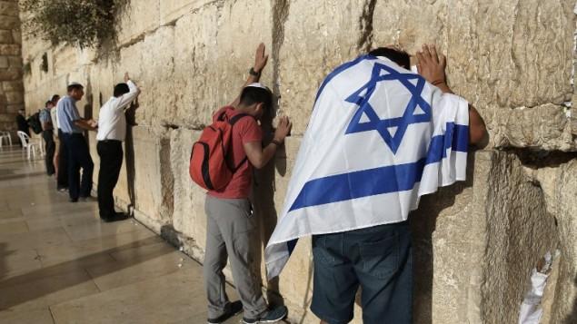 مصلون يهود عند الحائط الغربي في البلدة القديمة في القدس، 14 أكتوبر، 2016. (AFP PHOTO/MENAHEM KAHANA)