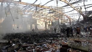 هذه الصورة من الأرشيف تم التقاطها في 8 أكتوبر، 2016 وتظهر مشهد الدمار في أعقاب غارات جوية للتحالف بقيادة السعودية بحسب تقارير على مجلس للعزاء في العاصمة اليمينة صنعاء. ( AFP PHOTO / MOHAMMED HUWAIS)
