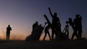 مقتلون في الجيش السوري الحر خلال مقاتلتهم تنظيم الدولة الإسلامية في ضواحي بلدة دابق السورية، 15 اكتوبر 2016 (AFP PHOTO / Nazeer al-Khatib)