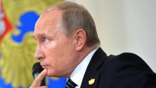 الرئيس الروسي فلاديمير بوتين خلال حضوره لمؤتمر صحفي بعد اجتماع قادة الدول الأعضاء في تكتل 'بريكس' المجتمعة في جزيرة غوا الهندية، 16 أكتوبر، 2016. (AFP PHOTO / SPUTNIK / Alexei Druzhinin)