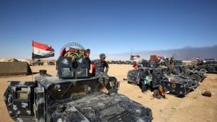 القوات  العراقية تحتشد في قاعدة القيارة العسكرية، على بعد حوالي 60 كيلومترا جنوبي الموصل، في 16 أكتوبر، 2016، في الوقت الذي تستعد فيه للبدء بعملية لإستعادة الموصل، آخر معقل لتنظيم 'الدولة الإسلامية' في البلاد، بهد إستعادة معظم الأراضي الاي سيطر عليها التنظيم في 2014 و2015.  (AFP PHOTO / AHMAD AL-RUBAYE)