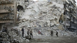 اعضاء الدفاع المدني السوري، المعروفين باسم الخوذ البيضاء، يبحثون عن ضحايا وسط الركام بعد غارات جوية في حي القاطرجي في حلب، 17 اكتوبر 2016 (KARAM AL-MASRI / AFP)