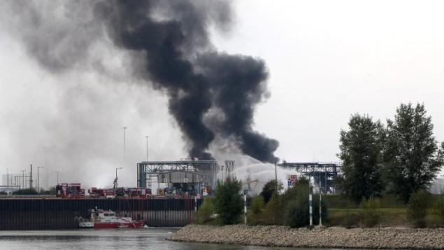 """عامود دخان يتصاعد من مصنع للمواد الكيميائية في مقر شركة """"بي ايه اس اف"""" في المانيا الغربية، 17 اكتوبر 2016 (DANIEL ROLAND / AFP)"""