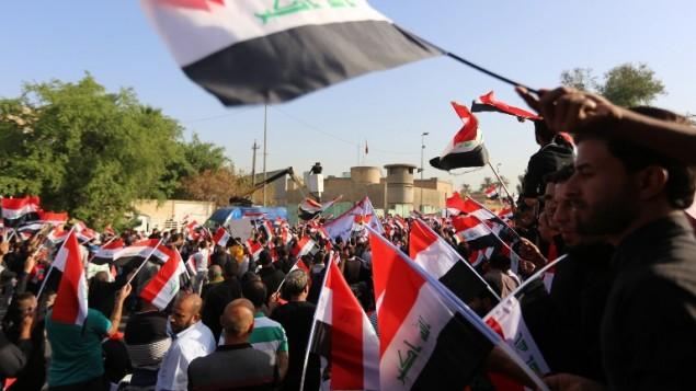 متظاهرون ضد التواجد العسكري التركي في العراق امام السفارة التركية في بغداد، 18 اكتوبر 2016 (SABAH ARAR / AFP)