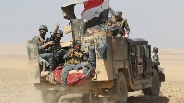 القوات العراقية تنتشر في بلدة بجوانية، على بعد حوالي 30 كيلومترا من الموصل، بعد تحرير البلدة من تنظيم الدولة الإسلامية، 18 أكتوبر 2016 (AFP PHOTO / AHMAD AL-RUBAYE)