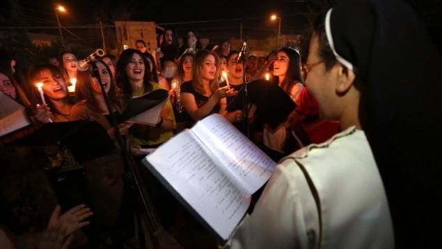 مسيحيون عراقيون في كنيسة مار شيمون في اربيل يحتفلون بتحرير قراقوش من تنظيم الدولة الإسلامية، 18 اكتوبر 2016 (SAFIN HAMED / AFP)