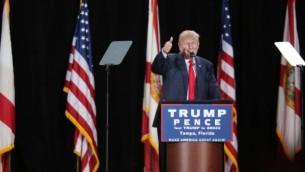 المرشح الجمهوري للرئاسة دونالد ترامب خلال كلمة أمام مؤيديه في إطار حملته الإنتخابية في مدينة تامبا بولاية فلوريدا، 24 أكتوبر، 2014. (AFP PHOTO / Gregg Newton / Gregg Newton)