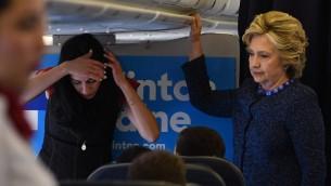المرشحة الديمقراطية للرئاسة الامريكية هيلاري كلينتون على متن طائرة حملتها، 28 اكتوبر 2016 (AFP PHOTO/Jewel SAMAD)